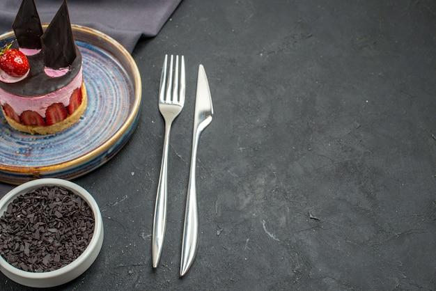 Vooraanzicht heerlijke cheesecake met aardbei en chocolade op bordkom