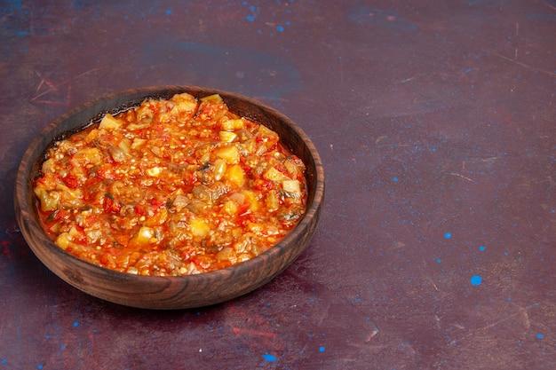 Vooraanzicht heerlijke gekookte groenten die met saus op donkere groente van de de soepmaaltijd van de achtergrondvoedselsaus worden gesneden