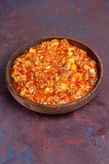 Vooraanzicht heerlijke gekookte groenten die met saus op donkere groenten van de de soepmaaltijd van de achtergrondvoedselsaus worden gesneden