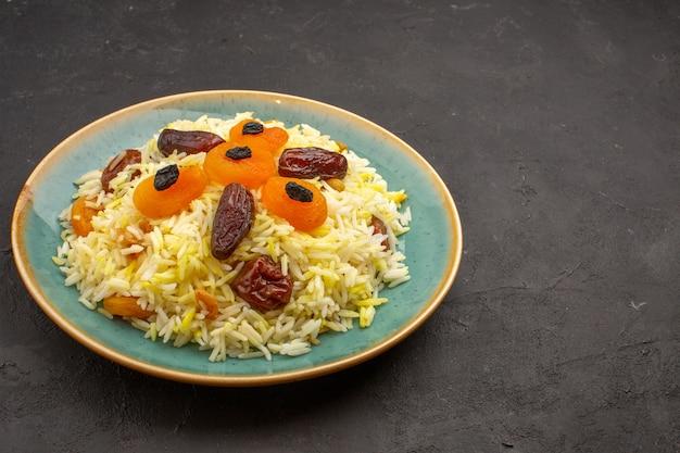 Vooraanzicht heerlijke gekookte plov-rijst met verschillende rozijnen binnen plaat op grijze ruimte