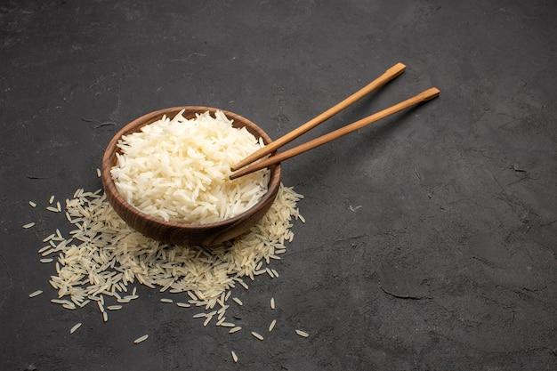 Vooraanzicht heerlijke gekookte rijst smakelijke oosterse maaltijd op donkere ruimte