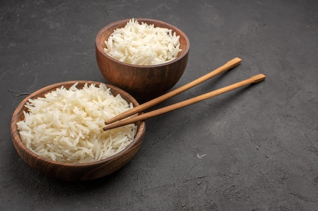 Vooraanzicht heerlijke gekookte rijst vlakte smakelijke maaltijd op donkere ruimte