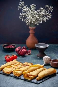 Vooraanzicht heerlijke gerolde pannenkoeken bekleed met donkere deeg hotcake kleur maaltijd vlees gebak taart zoete taart