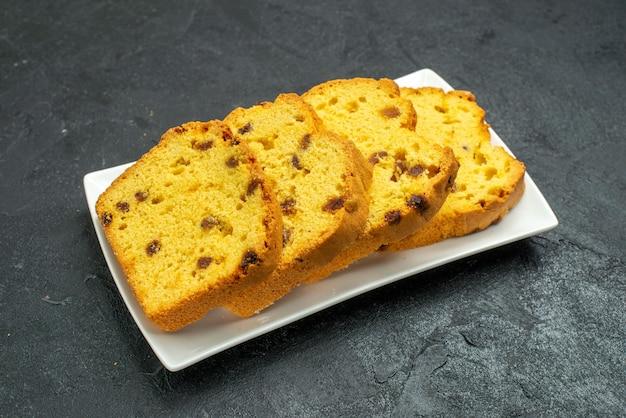 Vooraanzicht heerlijke gesneden cake in plaat op donkere oppervlakte zoete cake biscuit thee taart thee Gratis Foto
