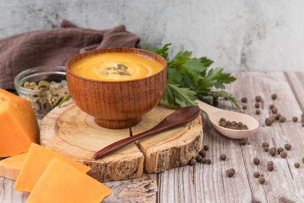 Vooraanzicht heerlijke kaas en roomsoep