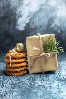 Vooraanzicht heerlijke koekjes met cadeau op licht bureau