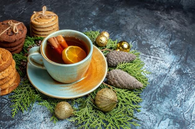 Vooraanzicht heerlijke koekjes met kopje thee op het lichte oppervlak