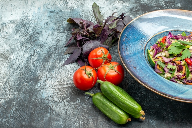 Vooraanzicht heerlijke koolsalade met groenten op licht-donkere achtergrond salade maaltijd gezondheid dieet foto