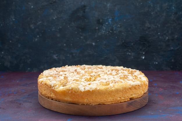 Vooraanzicht heerlijke lekkere taart zoet en gebakken op een donkere achtergrond taart cake suiker zoet koekje
