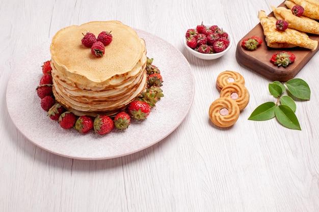 Vooraanzicht heerlijke pannenkoeken met aardbeien op witruimte