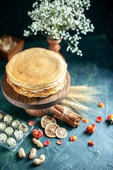 Vooraanzicht heerlijke pannenkoeken met melk op donker dessert ontbijt honing cake melk zoete ochtendtaart hotcake