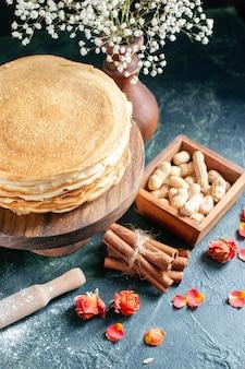 Vooraanzicht heerlijke pannenkoeken met melk op donkerblauw dessert ontbijt honing melk zoete ochtend taart taart