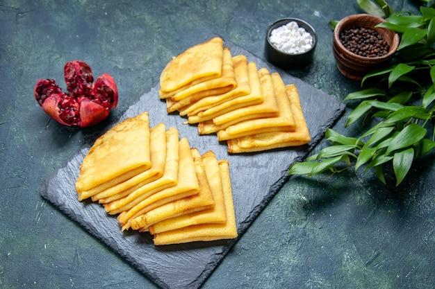 Vooraanzicht heerlijke pannenkoeken op blauwe kleur gebak bak taart ontbijt deeg zoete cake