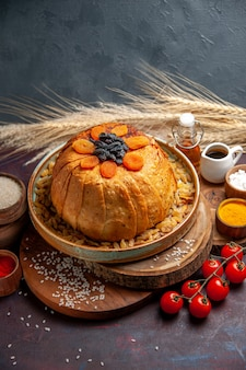 Vooraanzicht heerlijke shakh plov gekookte rijstmaaltijd met rozijnen en kruiden op donker achtergrondmaaltijddeeg koken rijstdiner