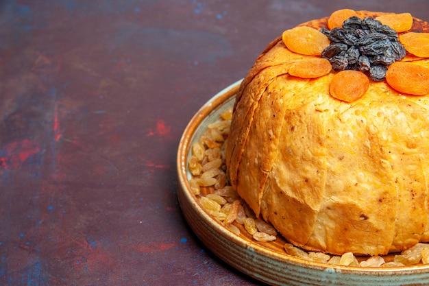 Vooraanzicht heerlijke shakh plov gekookte rijstmaaltijd met rozijnen op de donkere achtergrondmaaltijd die het voedselrijst kookt