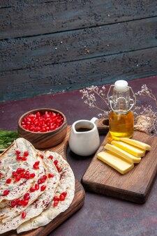 Vooraanzicht heerlijke vlees qutabs pitabroodjes met verse rode granaatappels op donker oppervlak deeg pita vleesmaaltijd eten