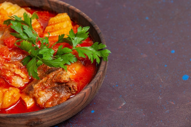 Vooraanzicht heerlijke vleessaussoep met groenten en gesneden aardappelen op donkere oppervlaktesaus soepmaaltijd eten dinerschotel