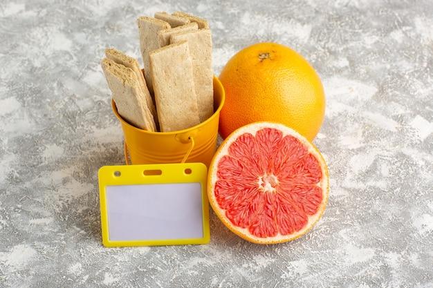 Vooraanzicht heerlijke wafelcrackers met grapfruit op wit bureau