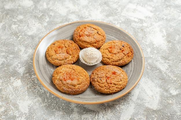 Vooraanzicht heerlijke zandkoekjes binnen plaat op wit het koekjeskoekje van de lijsttaart