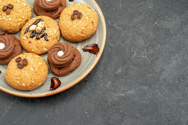 Vooraanzicht heerlijke zoete koekjes lekkere snoepjes voor thee op grijze ruimte