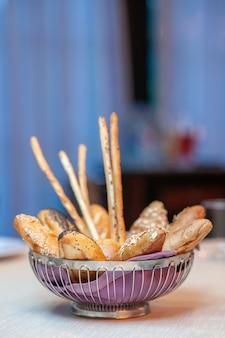 Vooraanzicht heerlijke zoete taarten in plaat op de lichte achtergrond bak suiker biscuit koekjesdeeg thee zoete snoep