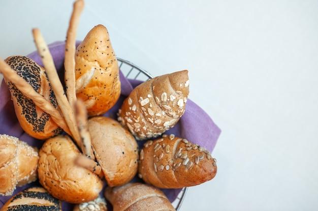 Vooraanzicht heerlijke zoete taarten in plaat op licht bureau bak suikerkoekje koekjesdeeg thee zoete snoep