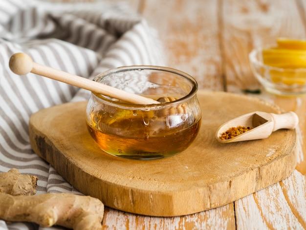 Vooraanzicht honing dipper in pot