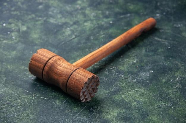 Vooraanzicht houten hamer voor vlees kloppen op donkere achtergrond keuken kleur hout foto slager vlees keuken eten