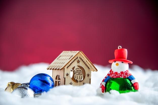 Vooraanzicht houten huis sneeuwpop speelgoed