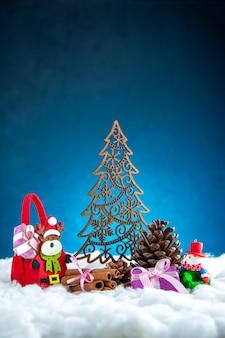 Vooraanzicht houten kerstboom kaneelstokjes kerstversieringen