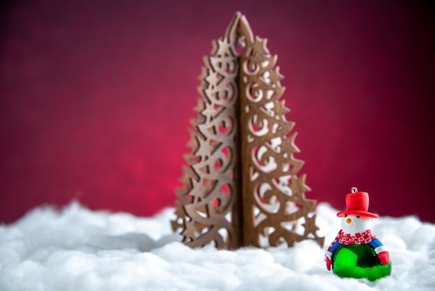 Vooraanzicht houten kerstboom kleine sneeuwpop