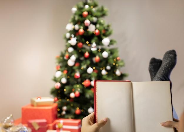 Vooraanzicht huis ingericht voor kerstmis