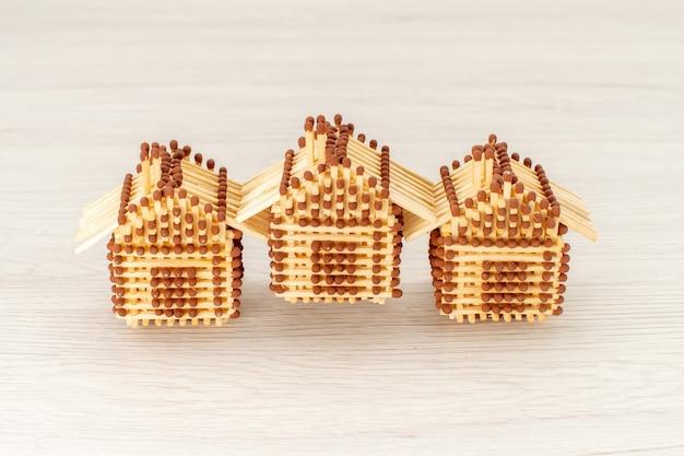 Vooraanzicht huisjes gemaakt van lucifers op het witte oppervlak