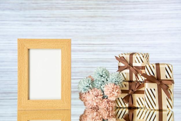 Vooraanzicht huwelijksgeschenken lege fotolijst bloemen