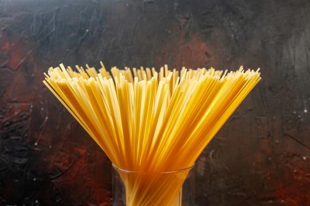 Vooraanzicht italiaanse spaghetti in glas op donkere achtergrond