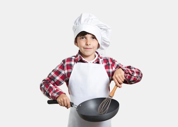 Vooraanzicht jong kind met een kookpan