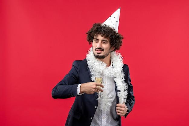 Vooraanzicht jong mannetje dat nog een jaar op lichte rode muurvakantie menselijke kerstmis viert