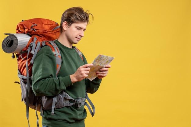 Vooraanzicht jong mannetje dat zich voorbereidt op het observeren van de kaart