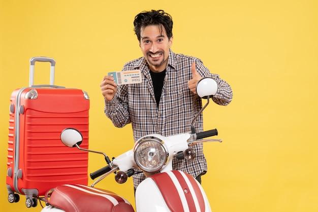 Vooraanzicht jong mannetje met fiets en zak die kaartje op geel houden