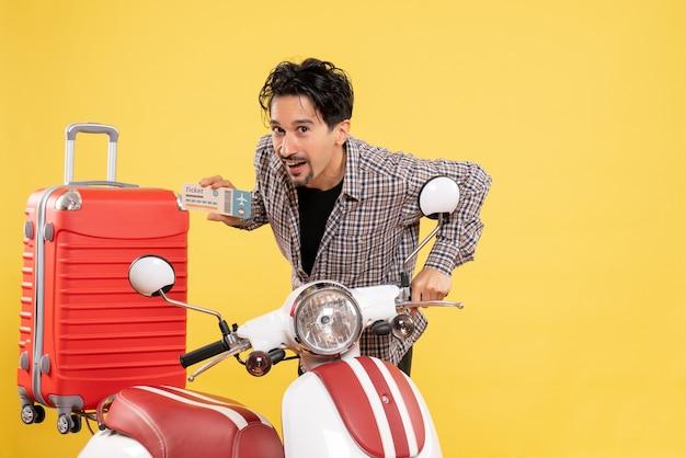 Vooraanzicht jong mannetje met het kaartje van de fietsholding op geel Gratis Foto