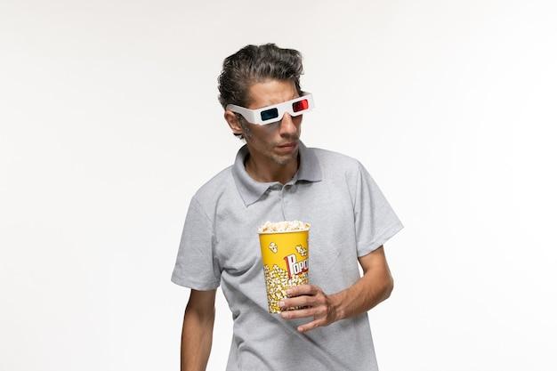Vooraanzicht jong mannetje met popcornpakket in d zonnebril op het witte oppervlak