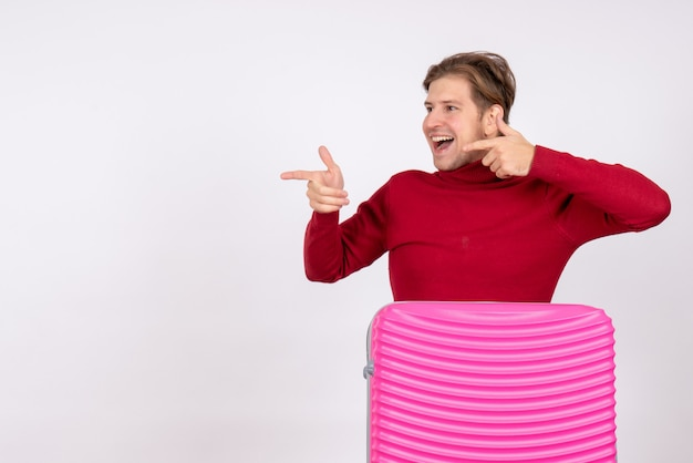 Vooraanzicht jong mannetje met roze zak op witte achtergrond