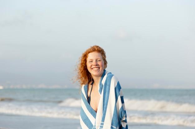 Vooraanzicht jong meisje dat geniet van het zijn op het strand