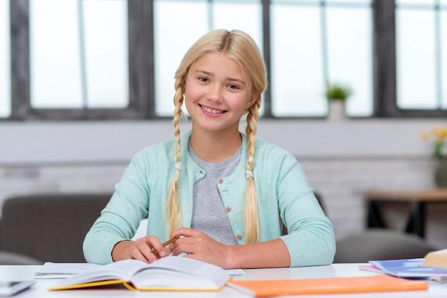 Vooraanzicht jong meisje leergierig