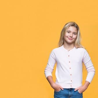Vooraanzicht jong meisje met gele achtergrond
