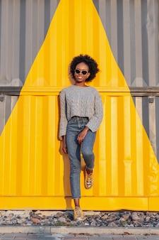 Vooraanzicht jonge afrikaanse vrouw poseren