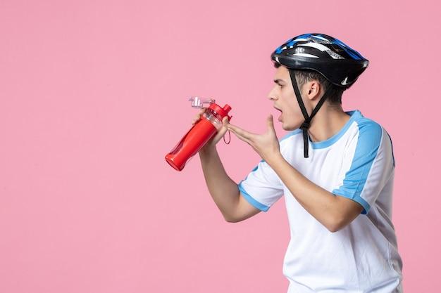 Vooraanzicht jonge atleet in sportkleren met helm