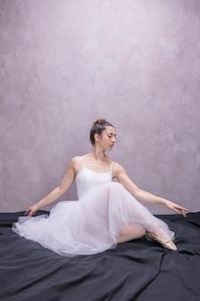 Vooraanzicht jonge ballerina zitten
