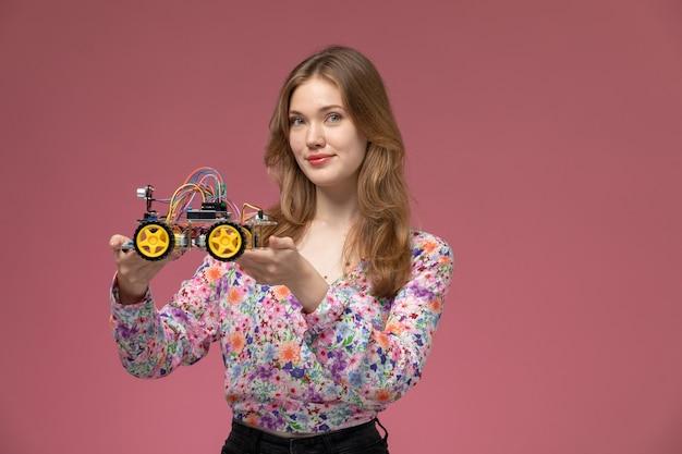 Vooraanzicht jonge dame toont binnenkant van auto speelgoed