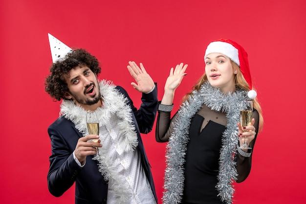 Vooraanzicht jonge gelukkige paar nieuwjaar liefde kerstfeest vieren